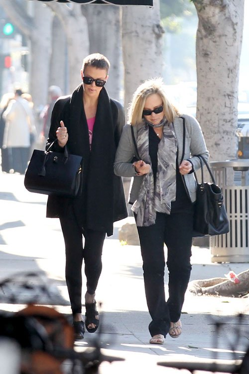 charlize-theron-zen-nail-spa-beverly-hills-1
