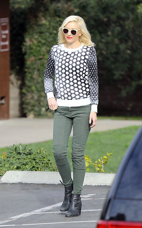 gwen-stefani-los-angeles-michael-michael-kors-dotted-knit-pullover-karen-walker-number-one-sunglasses
