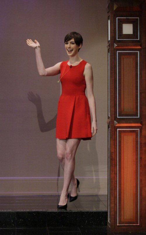 anne-hathaway-the-tonight-show-with-jay-leno-valentino-pleated-full-skirt-dress
