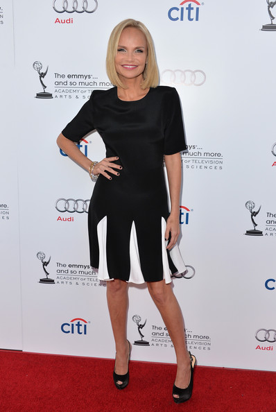 kristin-chenowrth-the-academy-of-television-arts-and-sciences-an-evening-with-carol-burnett-north-hollywood-california-cushnie-et-ochs-short-sleeve-pleated-dress