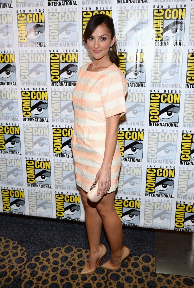 minka-kelly-almost-human-press-room-comic-con-international-san-diego-2013-thakoon-resort-2013-dress-casadei-valentina-pumps-diane-von-furstenberg-snake-lips-clutch
